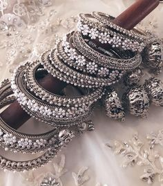 Antique Jewellery Designs, Fancy Jewellery, Stylish Jewelry, Cute Jewelry, Indian Bridal Jewelry Sets, Bridal Bangles, Wedding Jewelry Sets, Jewelry Design Earrings, Girly