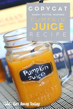 Harry Potter Pumpkin Juice Copycat Recipe There are many beverages at the Wizarding World of Harry Potter that are so delicious, they most certainly have been crafted by magic. The thematic drinks are straight from the pages of the famous Harry Potter… Harry Potter Pumpkin Juice, Harry Potter Drinks, Harry Potter Food, Harry Potter Halloween, Harry Potter Birthday, Harry Potter Recipes, Healthy Juice Recipes, Healthy Juices, Healthy Drinks