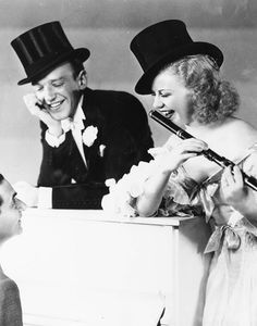 Fred Astaire y Ginger Rogers conversando con Irving Berlin, 1935
