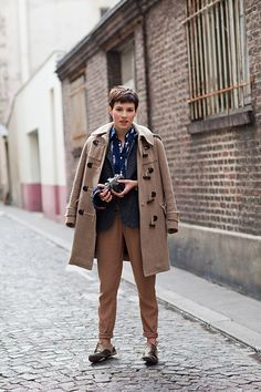 Menswear inspired camel and blue. Image Via: The Sartorialist Hipster Grunge, Grunge Goth, The Sartorialist, Short Hair Images, Short Hair Styles, Concrete Jungle, Mode Style, Style Me, Style Hair