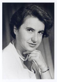 Rosalind Franklin era experta en cristalografía y contribuyó a detallar las estructuras precisas del carbón, el grafito, el ADN y los virus. En 1953 el trabajo que realizó con el ADN permitió a Watson y Crick a concebir su modelo de estructura de ADN.