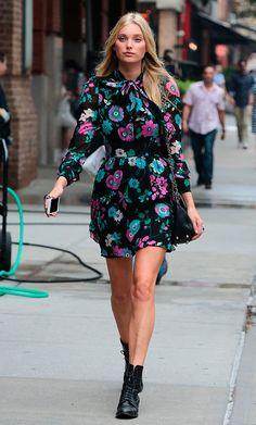 Street style look com vestido floral e bota.