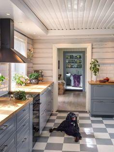 Pusse opp kjøkken - Inspirasjon Farm Lifestyle, Log Home Living, Kitchen Stories, Timber House, Diy Flooring, Log Homes, Interior Design Kitchen, Home Kitchens, Makeover Before And After
