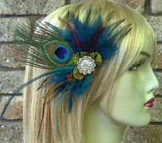 He encontrado este interesante anuncio de Etsy en https://www.etsy.com/es/listing/51456203/peacock-wedding-fascinator-boho-feather