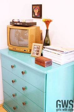 """Reformei vários móveis, inclusive os de estilo """"Casas Bahia"""" (que pra muita gente não tem solução), pra deixa-los mais alegres e dar vida ao ambiente. A cômoda, a TV, o criado e a cabeceira da cama são exemplos das coisas """"done by myself"""