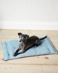 Como hacer un cojin transportable para mascotas: MATERIALES: Maquina de coser 2 toallas Relleno de poliéster Aguja Hilo para bordar PASOS: 1. Corta dos piezas de relleno 2.5 cm mas delgados y estrechos que las toallas