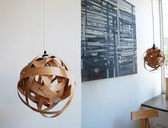 diy pendant lamp made out of woven wood veneer Wooden Lampshade, Wood Lamps, Diy Lampshade, Lampshades, Wooden Chandelier, Diy Luz, Luminaire Original, Diy Luminaire, Diy Pendant Light