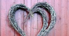 Atelier Kari lager kranser, hjerter og dekorasjoner av vakre naturmaterialer. Dekoratør på Finnskogen. Grapevine Wreath, Grape Vines, Bacon, Valentines, Wreaths, Valentine's Day Diy, Door Wreaths, Vineyard Vines, Valentines Day