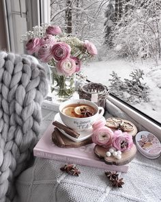 My 2 favourites , pink flowers and tea Momento Cafe, Coffee Photography, Winter Photography, Winter Time, Cosy Winter, Coffee And Books, Christmas Mood, Coffee Cafe, Decoration Table