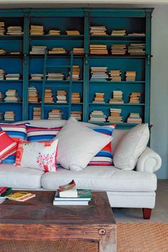And why not put the books flat? After all, everyone's tastes and I suppose those of the owner of this room has special! In any case, I love the library with its scale blue and beautiful couch in front!