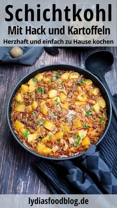 Schichtkohl mit Hack und Kartoffeln, Rezept Layered cabbage with minced meat is a down-to-earth, hearty and simple dish. Healthy Crockpot Recipes, Meat Recipes, Salad Recipes, Dutch Recipes, Healthy Eating Habits, Tasty Dishes, Potato Recipes, Food And Drink, Meals
