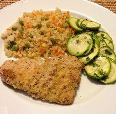Filé de bacalhau empanado em farinha de rosca sem glúten e chia + Arroz integral cateto com cenoura e ervilha + abobrinha assada
