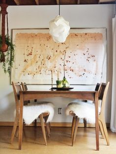 Simple dining room decor with 60s-style furniture