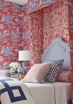 Bold and luxurious Cheng Toile by Thibaut is Noir Blanc Interiors Tuesday Design inspiration. Decor, Bedroom Design, Trendy Living Rooms, House Interior, Red Home Decor, Coral Home Decor, Home Interior Design, Interior Design, Interior Design Bedroom