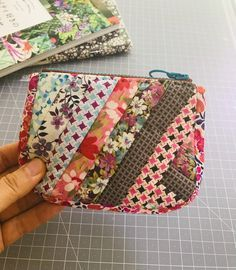 Small Sewing Projects, Sewing Hacks, Sewing Crafts, Fabric Bags, Fabric Scraps, Makeup Bag Pattern, Table Topper Patterns, Sew Wallet, Key Pouch