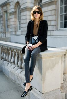 Street style - Alexa Chung wearing black blazer, grey jeans and black flats Alexa Chung Style, Daily Alexa Chung, Looks Street Style, Looks Style, Style Me, Le Catch, Mein Style, Inspiration Mode, Fashion Inspiration