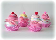 www.lacasadelbuho.com Cupcakes realizados en la casa del buho con ropita de bebé. Los regalos perfectos para un recién nacido!