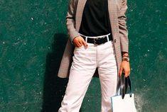 blazer cinza, blusa preta, calça branca Jennifer Lopez, Skinny, Ideias Fashion, Khaki Pants, Gray Blazer, Green Trench Coat, Black Blouse, White Romper Pants, Blouses