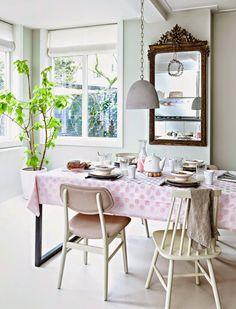 Casinha colorida: Todos à mesa? É hora do jantar