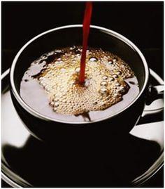 Café Expresso Agitado: Mezcla de sabores y temperaturas... Muy exótico.  Prepare un café express doble con su cafetera SAECO.    Preparación:    Vierta el café muy caliente en un vaso para preparar Martinis o en una taza para café, agregue un cubito de hielo y azúcar a su gusto; bátalo con fuerza y sirva en vaso.