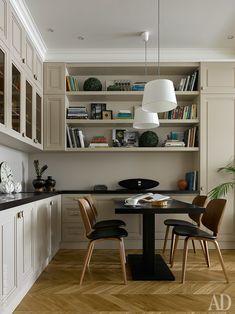 Кухонные шкафы, открытые полки и встроенная мебель для достиной спроектированы Викторией как единое целое.