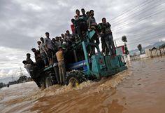 Überschwemmungen: Hunderttausende Menschen sitzen wegen gewaltiger Überschwemmungen im Norden Indiens in ihren Häusern fest. Im benachbarten Pakistan versucht die Armee nach eigenen Angaben, mindestens 200.000 Menschen in Sicherheit zu bringen, ehe die Flüsse weiter anschwellen. Etwa 400 Menschen sind seit Beginn der starken Regenfälle in der vergangenen Woche in den beiden Ländern gestorben. Mehr Bilder des Tages auf: http://www.nachrichten.at/nachrichten/bilder_des_tages/ (Bild: Reuters)