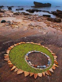 DietmarVoorworld é um artista que transforma pedras, seixos, folhas e outros elementos encontrados na natureza em incríveis peças de land ar...