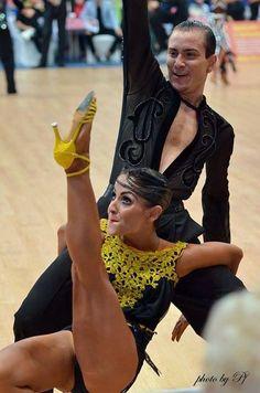 Questo fine settimana si svolgeranno a Vienna i campionati del mondo di danze latino americane 2015 Simone Casula & Laura Marras rappresenteranno lItalia e Valentina Ventrella con Giovanni Trentadue il Brasile. Ai piedi porteranno le nostre Rosso Latino #RossoLatino #testimonial #campionato #latino