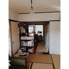 女性で、3DKの和室です。/団地のリビング/部屋全体についてのインテリア実例を紹介。「寝室に使ってた部屋をPCと趣味の部屋に変えて、ふすまを外して本棚で仕切ってみた。新しく買った照明は、暗いので間接照明必須。」(この写真は 2014-11-20 13:59:36 に共有されました)
