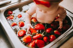 Strawberry bath 🛁 Baby Girl Photos, Cake Smash, Aunt, Cute Babies, Strawberry, Bath, Mom, Life, Bathing
