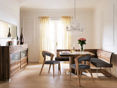 Klassisch-elegantes Speisezimmer von ANREI. Hier in Astnuss. Dining Table, Designs, Furniture, Home Decor, Home Decoration, Trends, Drawing Rooms, Family Dining Rooms, Lunch Room