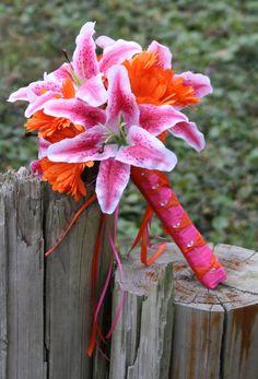 Brautstrauß und Blumen für die Tischdeko von den Blumenbindern