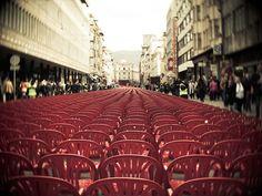 http://3.bp.blogspot.com/-XFaKBGp4yTA/T4BQJ1J-MCI/AAAAAAAASsM/jxYigYBr6RA/s640/sarajevo+20th+anniversary+red+chairs.jpg