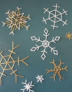 Christmas crafts to make with Popsicle sticks! - A girl and a glue gun Christmas Crafts To Make, Simple Christmas, Holiday Crafts, Christmas Decorations, Holiday Decor, Christmas Holiday, Popsicle Stick Diy, Popsicle Stick Snowflake, Snowflake Craft