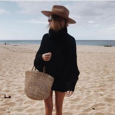 Oversized black sweater with cute brown hat and straw bag. Oversized black sweater with cute brown hat and straw bag. The post Oversized black sweater with cute brown hat and straw bag. Look Fashion, Fashion Outfits, Womens Fashion, Fashion Trends, Beach Style Fashion, Fashion Edgy, Fashion Black, Ladies Fashion, Chic Outfits