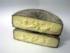 """Toma Ossolana al Prünent - Queso de vaca del piamonte, un queso peculiar -con aromas y sabores de sotobosque, ceniza, avellanas y leche tostada. Procedente de una pequeña granja situada en el valle de Ossola Antigorio. Un queso perfecto para armonizar (huyan de la palabra """"maridar"""", por Dios) con un Valpolicella y que, por cierto, también tiene en su elaboración un origen enológico: El queso se sumerge durante un breve período en el mosto de la uva típica de Ossola, el """"Prunent"""" (una…"""