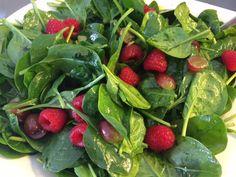 Spinatsalat med hindbær og druer