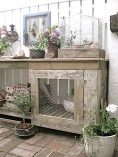 Framed chicken wire and chicken wire cabinet front / HVÍTUR LAKKRÍS: uteplats