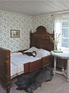 Clean, cool colors for a beautiful sleeping room. Duro's Fjarsman brought to you by Innobo Inc. l love the old fashioned wall paper! Swedish Interiors, Bed With Slide, Antique Beds, Bedroom Vintage, My New Room, Beautiful Bedrooms, Shabby, Bedroom Decor, Interior Design
