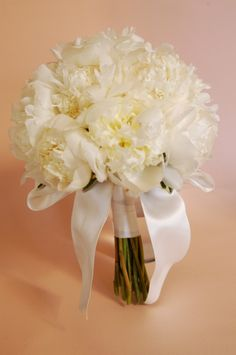 絶大なる人気の白のシャクヤクのブーケ。  どうしても、5月の半ばから6月一杯までしか、最高な品のものは入荷出来ませんが、こんな特別な透き通る様な白のシャクヤクのシンプルクラッチブーケ