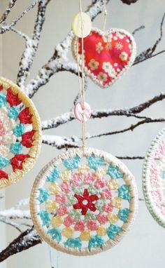 ༺༺༺♥Elles♥Heart♥Loves♥༺༺༺ ...........♥Crochet Bunting♥........... #Crochet #Bunting #Crochetbunting #Garland #Flag #Decorate #Tutorial #Pattern #Vintage #Handmade ♥Three Crocheted Granny Circle Decorations by Peaqo
