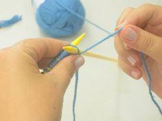 O cachecol tem presença garantida nos dias frios. Aprenda a fazer o seu ! Material Lã azul jeans 200g  Agulha de tricô nº6  Agulha de crochê nº 4,5  Tesourinha Passo 1 Colocar 30 pontos na agulha (múltiplo de 3). Passo 2 Continuação. Passo 3 Fazer um ponto tricô. Passo 4 Fazer uma…