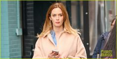 Emily Blunt's 'Edge of Tomorrow' Sequel Moving Forward with 2 New Screenwriters! | emily blunt hides baby bump shopping bags 02 - Photo