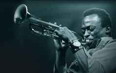 Miles Davis fue un trompetista y compositor estadounidense de jazz que nació el 26 de mayo de 1926. Se trata de una de las figuras más relevantes e influyentes de la historia del jazz, junto con artistas como Louis Armstrong, Duke Ellington, Charlie Parker o John Coltrane.