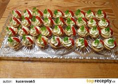 Slané košíčky plněné česnekovou pomazánkou recept - TopRecepty.cz Yummy Appetizers, Appetizer Recipes, Asia Salat, Czech Recipes, Ethnic Recipes, Party Sandwiches, Cupcakes, Snacks, Finger Foods