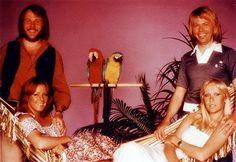 A 1977 photo session, with ABBA in a tropical mood.       Look at the beautiful macaws! * . *                         Frida enchants us wit...