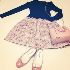 パステルピンクのプラダのバッグとバレエシューズで色を合わせて。 可愛らしい色合いで、ガーリーでもあり上品でもあるお洒落コーデ。