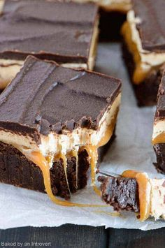 Snickers Brownies combines a classic Snickers bar with brownies for an incredible dessert experience. Snickers Brownies combines a classic Snickers bar with brownies for an incredible dessert experience.Combining brownies with a classic Snickers bar resul Mini Desserts, Just Desserts, Delicious Desserts, Dessert Recipes, Yummy Food, Desserts Caramel, Snicker Brownies, Cheesecake Brownies, Keto Brownies