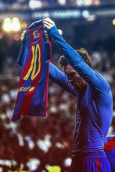 Thankyou messi for giving your all to barça. I can die happily knowing that im one of the people supporting you. Vamos barcaa vamos leo always and forever 🔵🔴 (Messi after scoring 500 career goals, showing his name to the bernabeu) Fc Barcelona, Lionel Messi Barcelona, Barcelona Soccer, Messi Vs, Messi And Ronaldo, Cristiano Ronaldo, Neymar Football, Messi Soccer, Sports Football