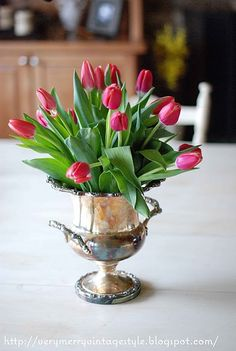 Tulips in vintage silver champagne cooler, perfect for any table. Table Arrangements, Table Centerpieces, Floral Arrangements, Fresh Flowers, Pretty In Pink, Beautiful Flowers, Champagne Cooler, Champagne Buckets, Pot Plante